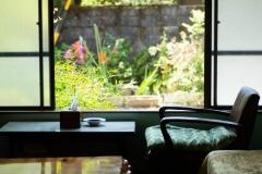 ロビー|窓からは自然豊かなオクシズの景色をお楽しみいただけます。