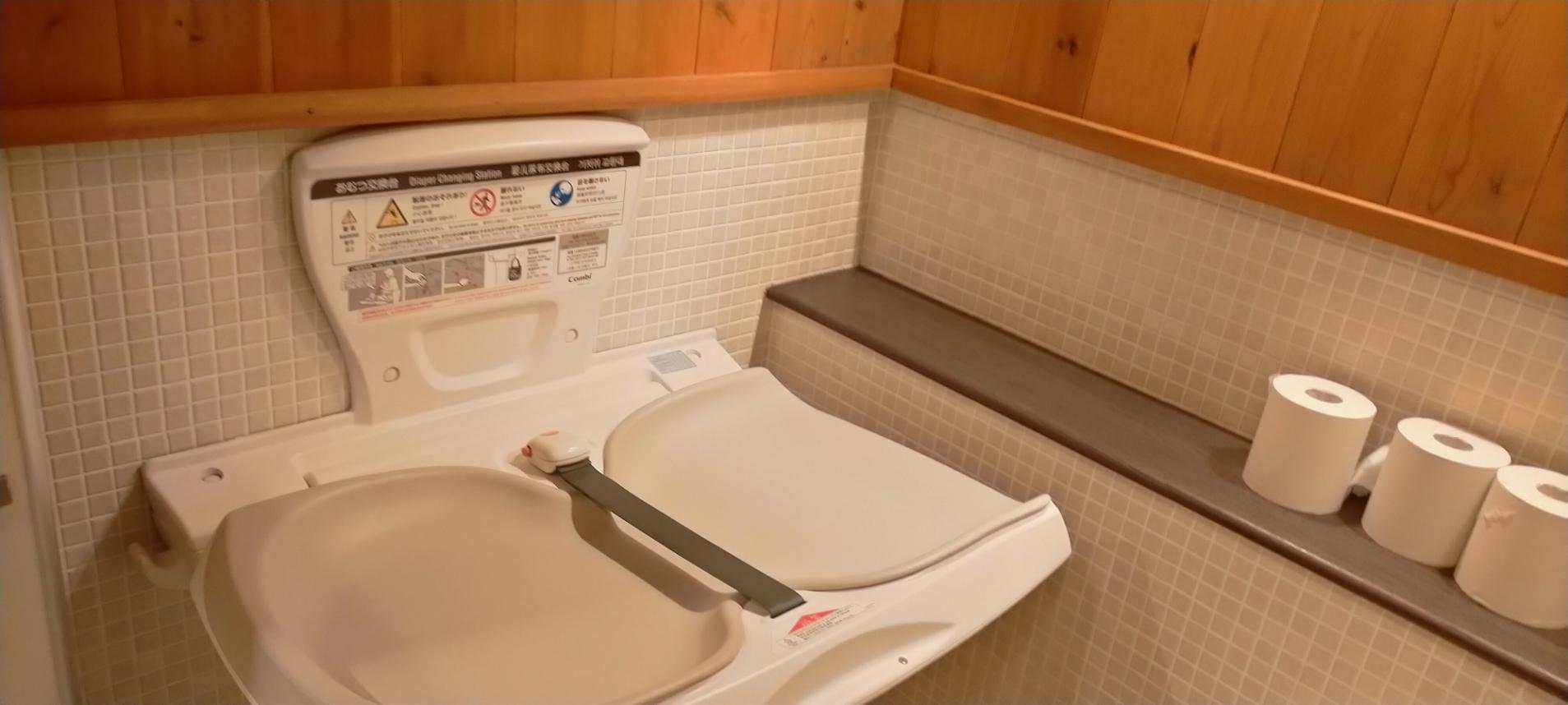 真富士の里男性用トイレ内ベビーベッド